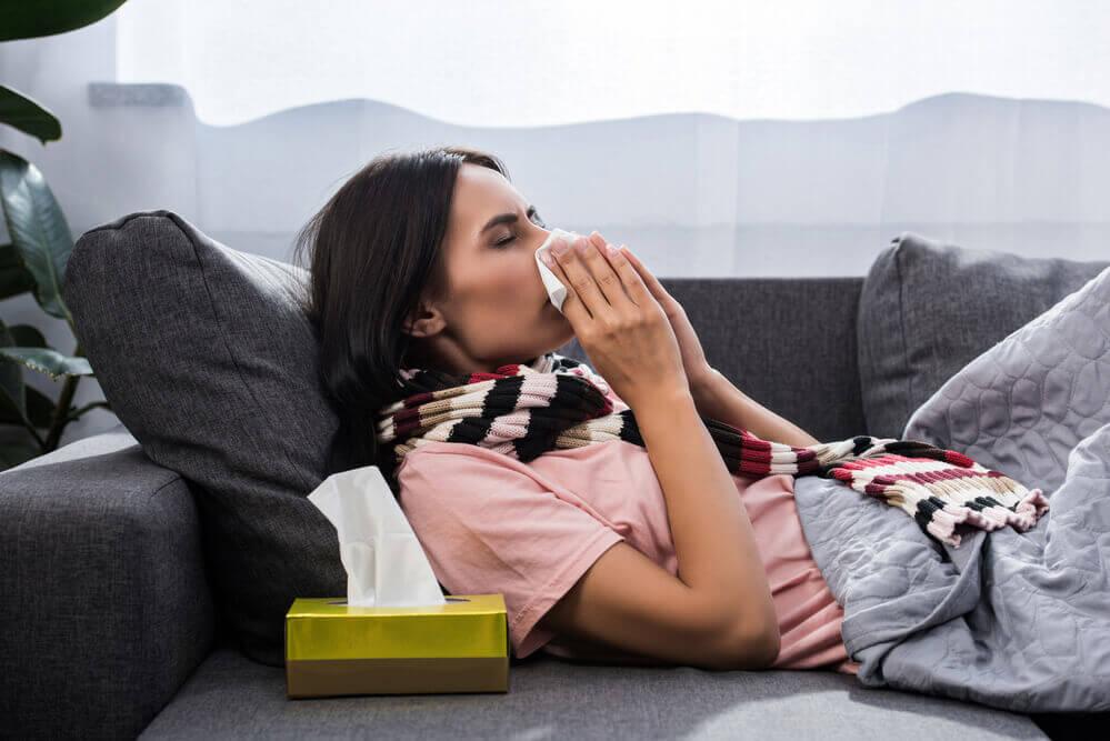kobieta przykłada chusteczkę do nosa